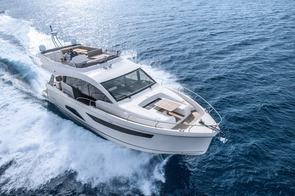 Flybridge cruisers: Sealine F530