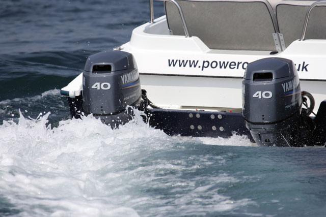 Power catamaran independent engines