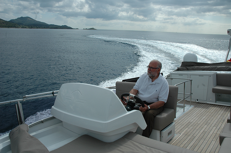 Sealine F530: upper helm station