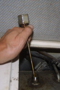 Checking the fuel tank level with a dipstick