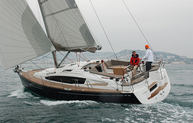 Jeanneau 41 DS under sail