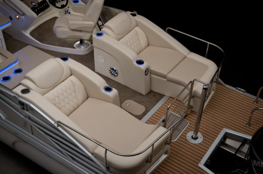 A photo of the aft chaise lounges on the Bennington 2575 QCW.
