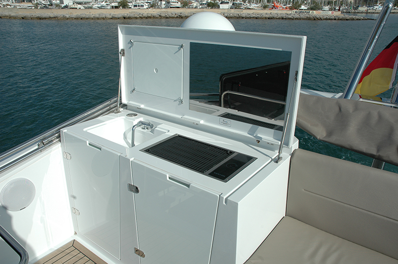 The spacious flybridge has a small outdoor galley all its own. Photo: José Luís de la Viña.