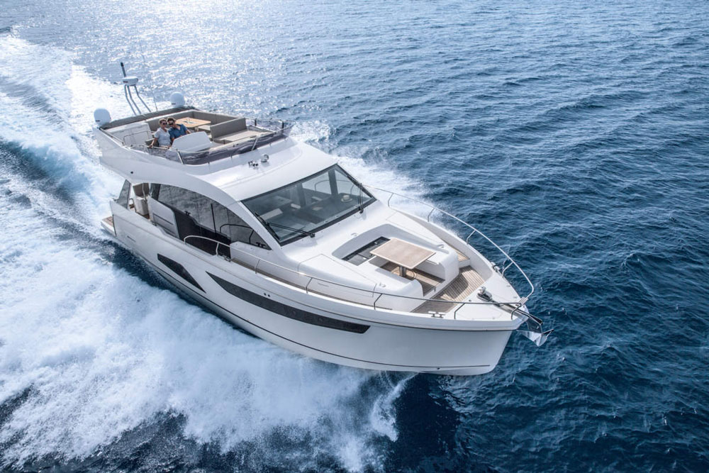 The Sealine F530 gained speed with ease and agility, creating a continuous and pleasant feeling of comfort.