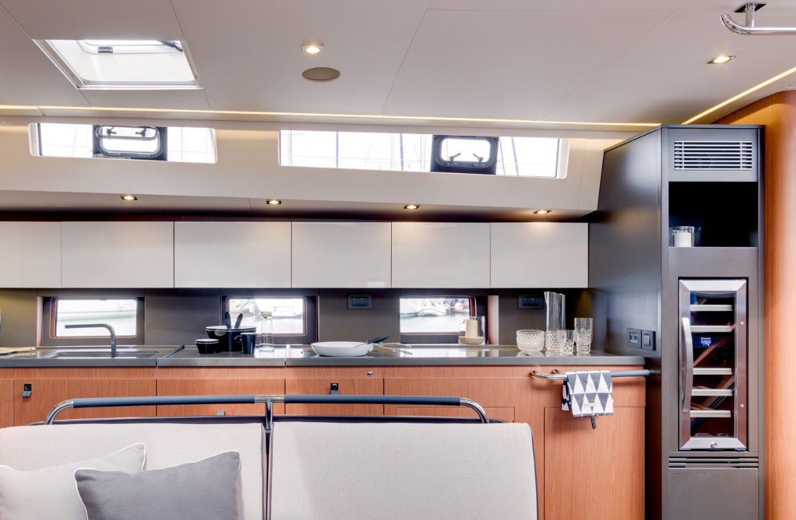 oceanis_yacht62_galley