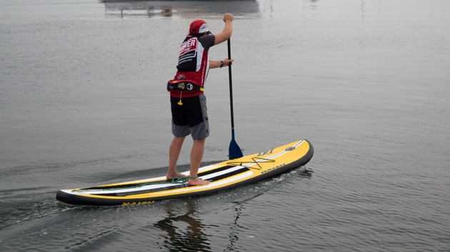 Remando una tabla de SUP Naish