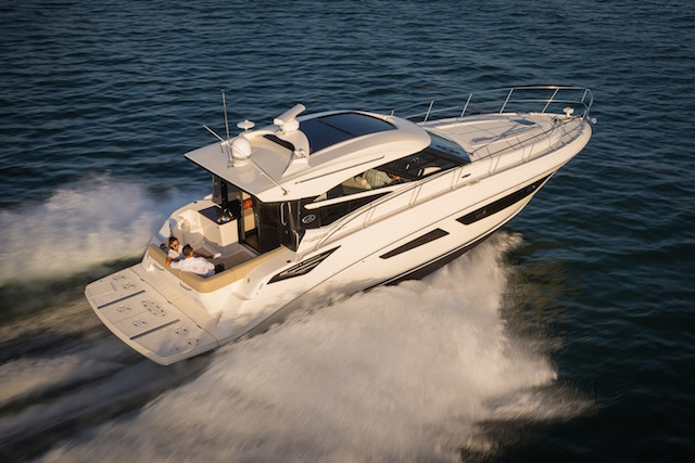 Sea Ray 470 Sundancer navegando