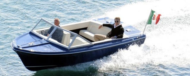 Daniel Craig como Bond en un Sunseeker Sovereign 17