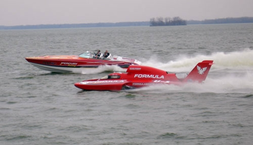 The Porter-backed Formulaboats.com Unlimited hydroplane runs next to a Formula high-performance sportboat.